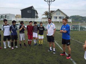トレーニングの説明をする講師と選手たち。